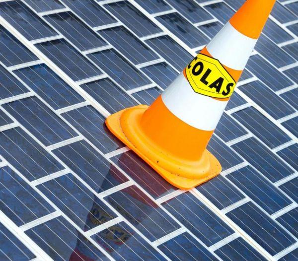 아스팔트 도로에 태양전지 패널 설치 '발상의 전환'