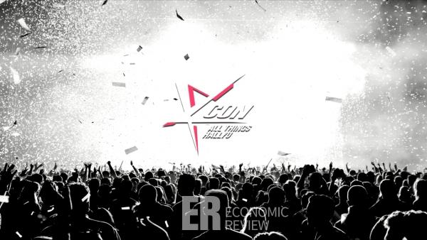 공연 관람하는 사람들 위에 KCON ALL THINGS HALLYU 로고